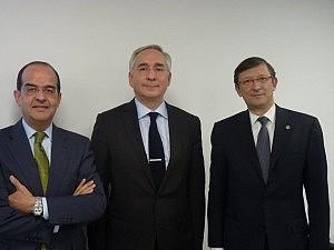 Karim  Benyekhlef, entre el profesor José Luis Piñar (izqd) y Pere Lluis Huguet, vicepresidente de la Abogacía