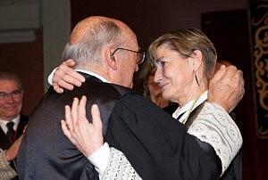 Carlos Carnicer abraza a Victoria Ortega tras prometer el cargo