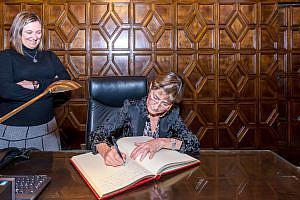 Victoria Ortega firma Libro de Oro Sueca 15 11 2016